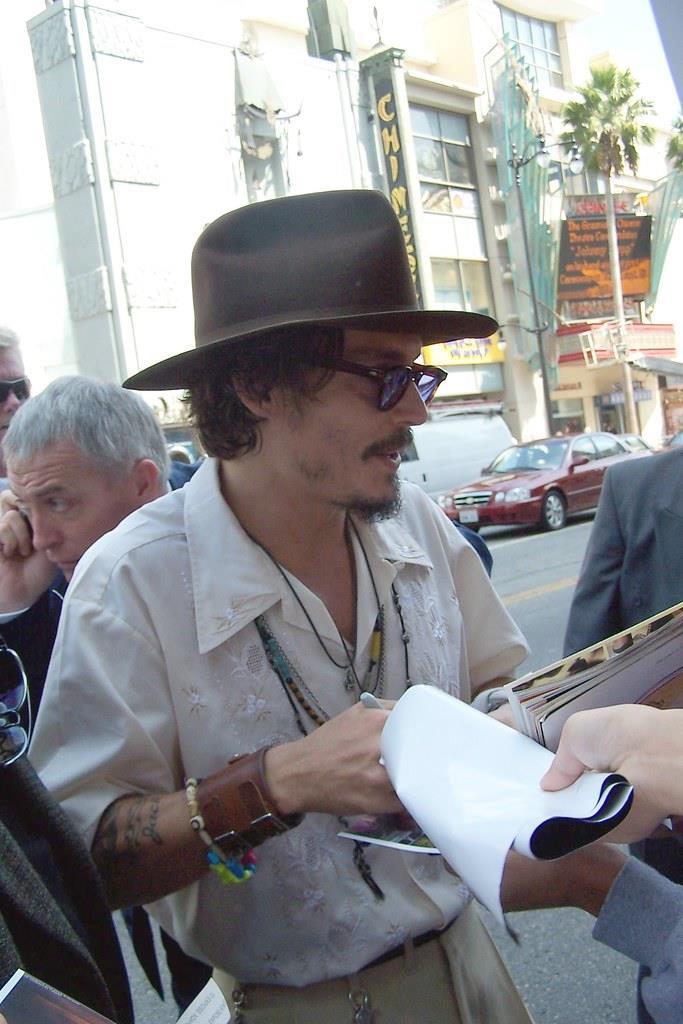 Johnny Depp firma autografi