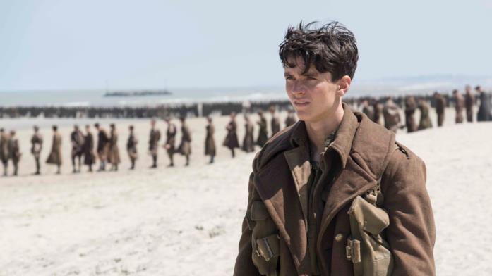 Una sequenza di Dunkirk con le truppe sulla spiaggia