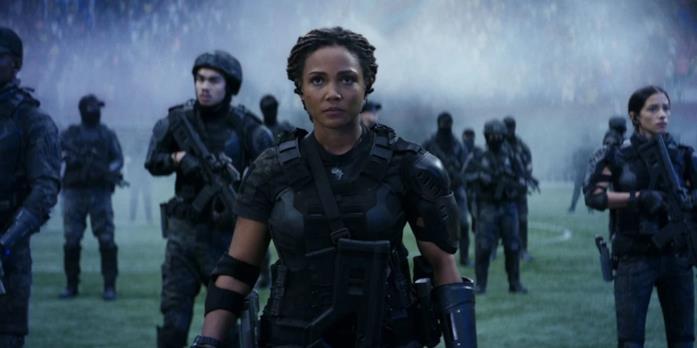 Jasmine Mathews in una scena del film La guerra di domani