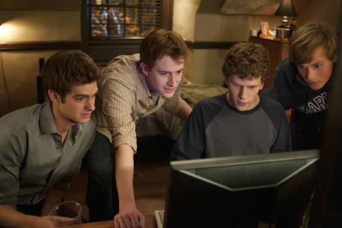 Eduardo Saverin, Dustin Moskovitz, Mark Zuckerberg e Chris Hughes (Patrick Mapel) in una scena
