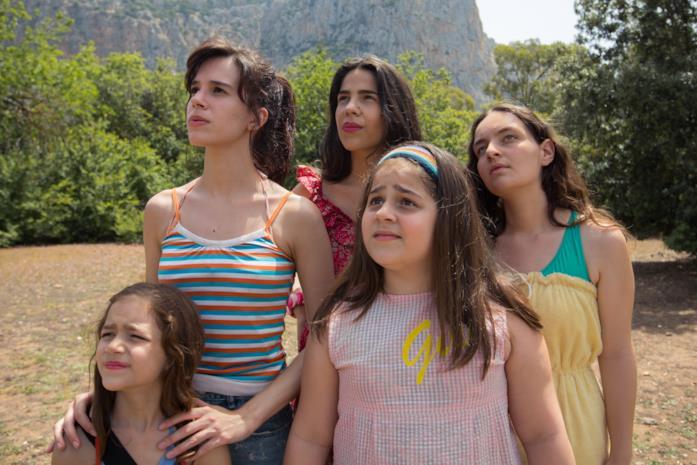 Le sorelle Macaluso guardano l'orizzonte