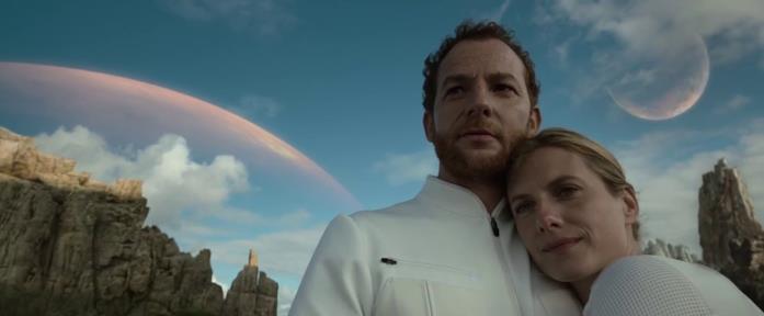 Malik Zidi e Mélanie Laurent in una scena del film Netflix Oxygène