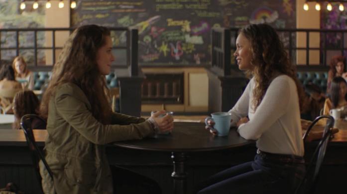 Una scena di Hannah e Jessica nella caffetteria