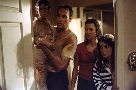 Poltergeist: la famiglia in una scena del film