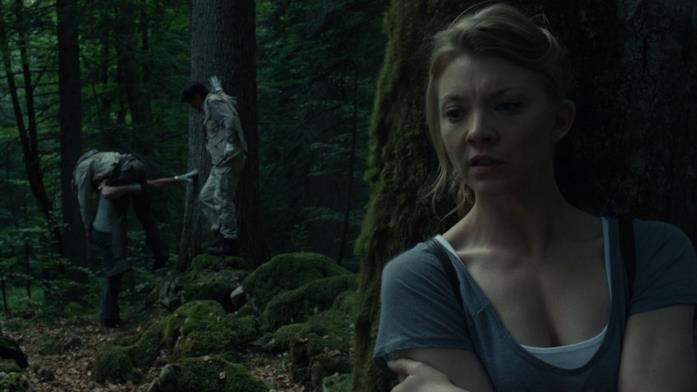 Sara attende dietro un albero mentre Aiden e Michi si occupano del cadavere del suicida trovato nella foresta