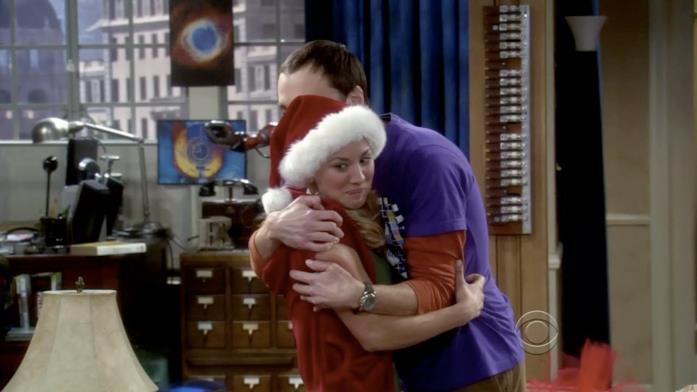 Sheldon abbraccia Penny per aver ricevuto il regalo di Natale