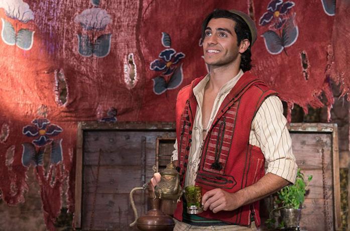 Mena Massoud nei panni di Aladdin