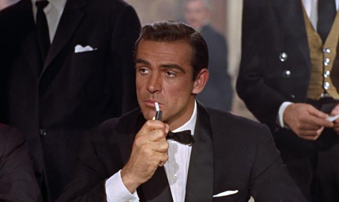 Sean Connery si accende una sigaretta