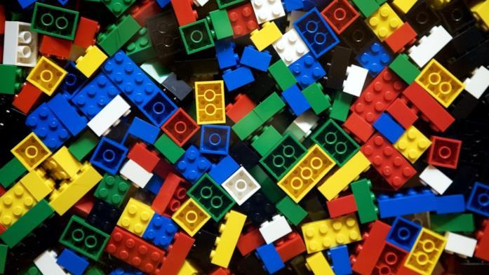 Primo piano di alcuni mattoncini colorati LEGO
