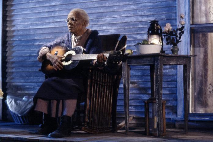 Mother Abagail suona la chitarra sul portico, di notte