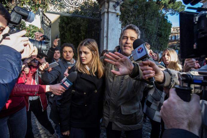 I personaggi interpretati da Benedetta Porcaroli e Massimo Poggio camminano tra la folla