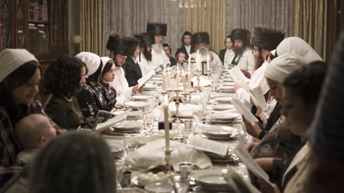 La famiglia di Esty a tavolta in una scena della mini-serie Unorthodox