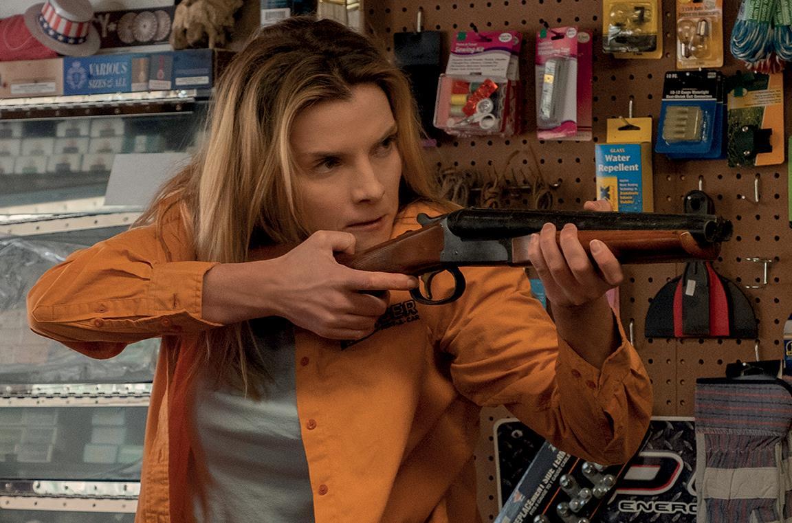 Crystal imbraccia un fucile a canne mozze