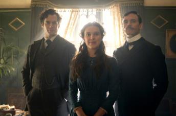 Sherlock, Mycroft ed Enola in una stanza dell'abitazione della madre