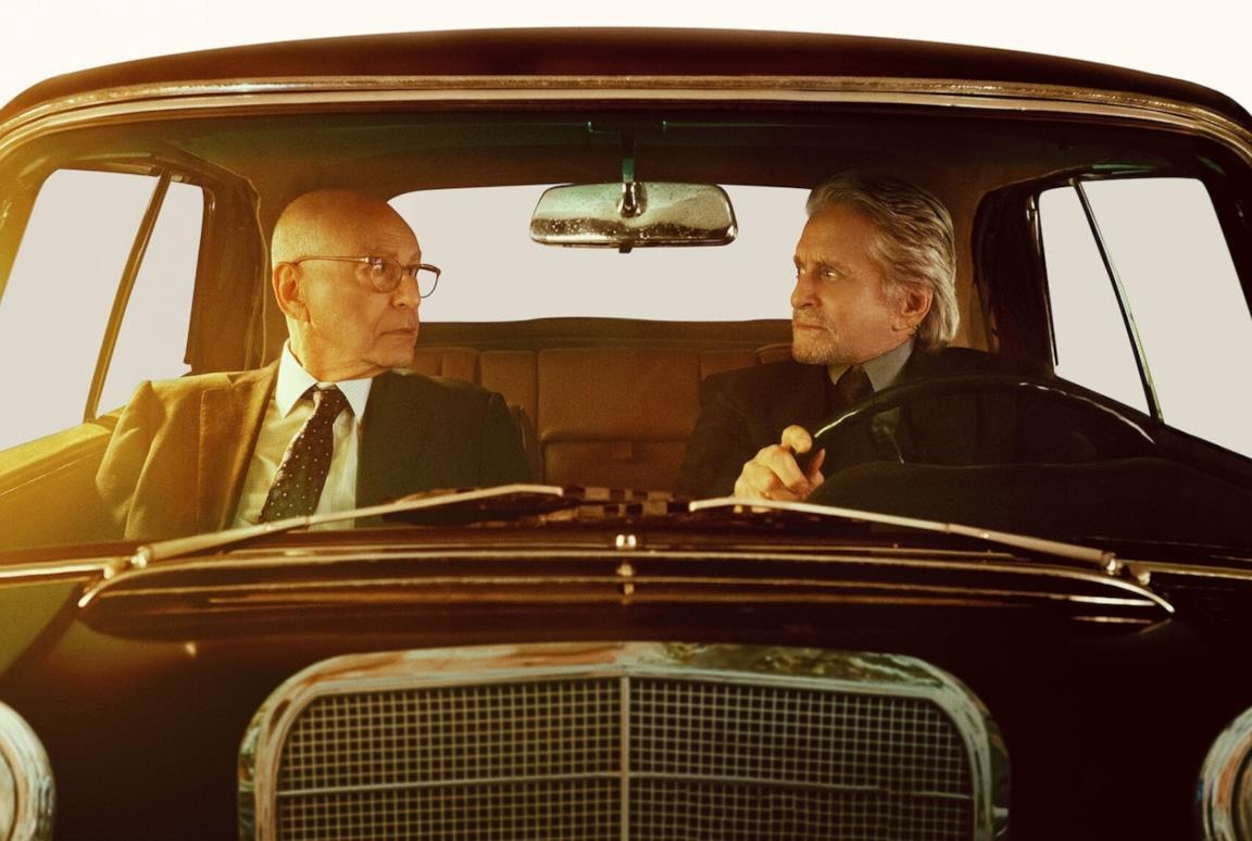 Michael Douglas e Alan Arkin in auto