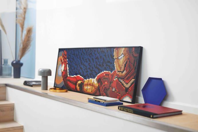 Iron Man in versione LEGO Art mentre spara il raggio dalla sua mano