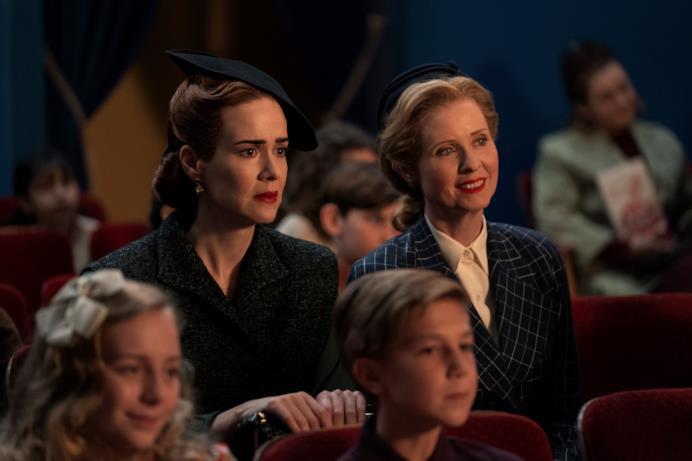 Mildred e Gwendolyn osservano uno spettacolo