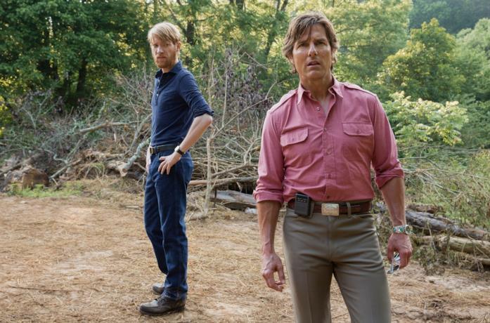 Domhnall Gleeson e Tom Cruise in una scena del film Barry Seal - Una storia americana