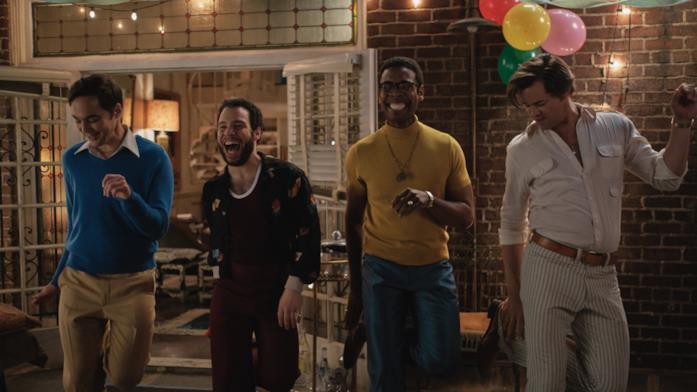 Il cast di The Boys in the Band balla in una scena