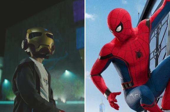 A sinistra il bambino con la maschera di Iron Man e a destra Spider-Man