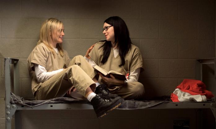 Alex e Piper sedute sul letto