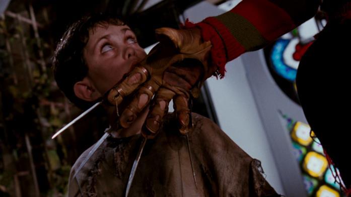 Freddy Krueger indossa un guanto di lame