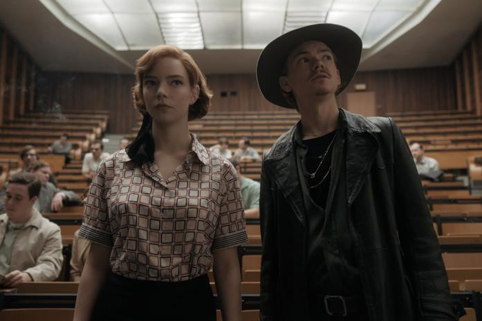 Anya Taylor-Joy e Thomas Brodie Sangster ne La regina degli scacchi
