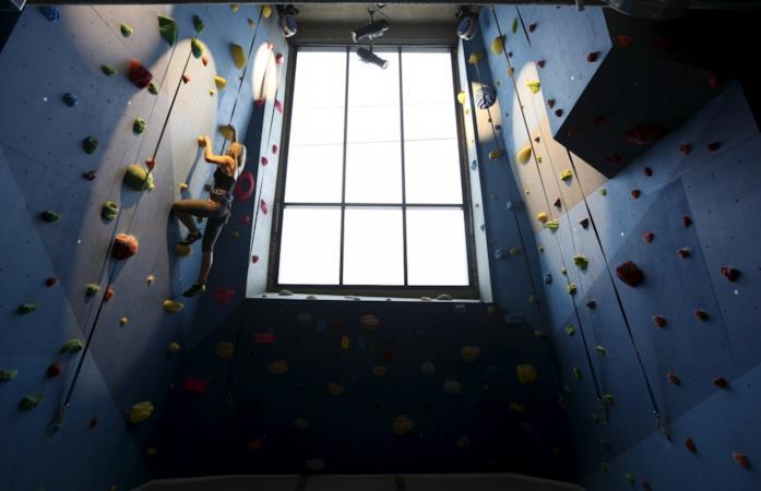 Un impiegata degli uffici di Google di New York mentre si arrampica su una parete