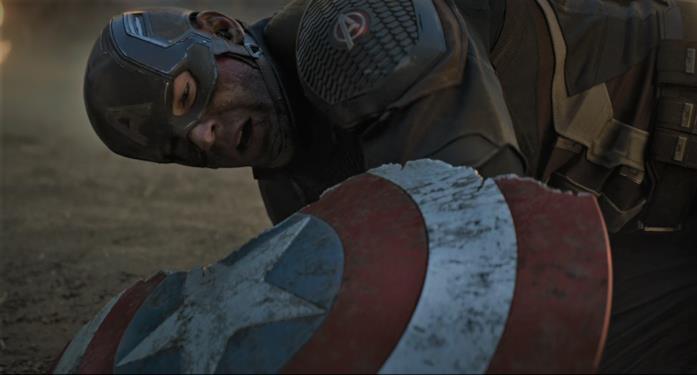 Captain America osserva il suo scudo, rotto da Thanos