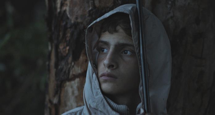 L'adolescente Alì in una scena del documentario Notturno di Gianfranco Rosi