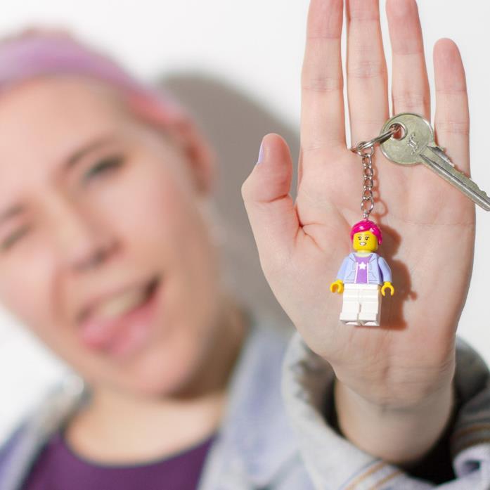 Una ragazza mostra il portachiavi con la propria Minifigure LEGO personalizzata