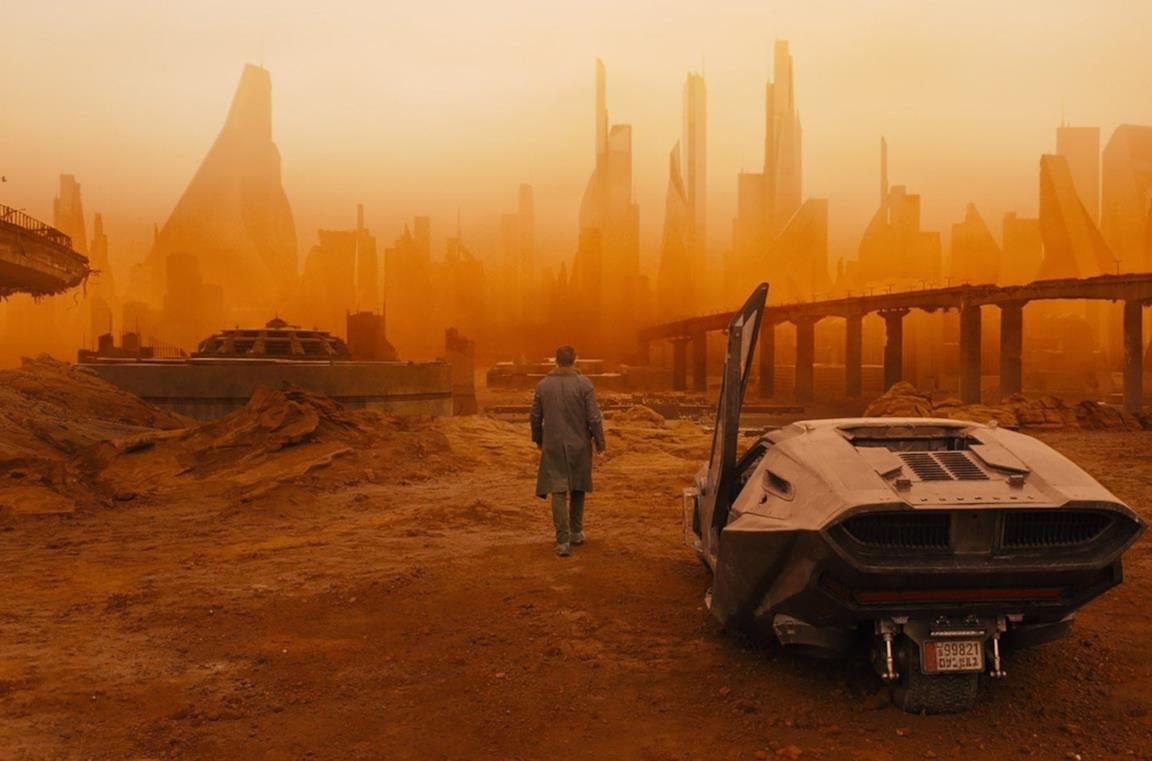 Il protagonista di Blade Runner 2049 cammina in una città apparentemente deserta