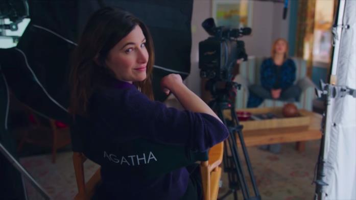 Agatha seduta dietro la telecamera