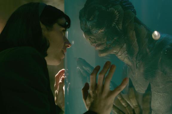 Elisa e la creatura si guardano attraverso un vetro