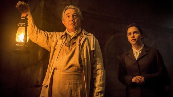 Remo Girone ed Emilia Clarke in La voce della pietra