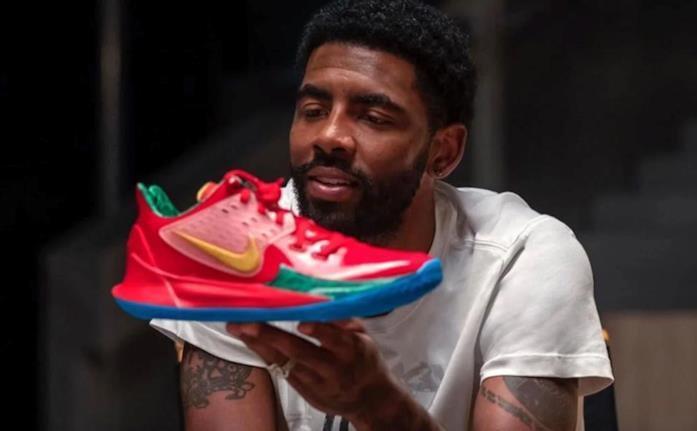 Nike Spongebob in mano a Kyrie Irving