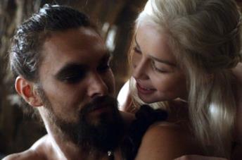 Jason Momoa ed Emilia Clarke nella prima stagione di Game of Thrones