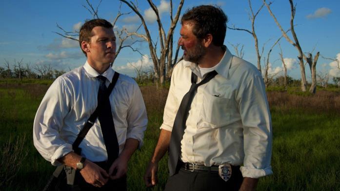 Mike (Sam Worthington) e Brian (Jeffrey Dean Morgan) nei campi paludosi dove vengono ritrovati i corpi