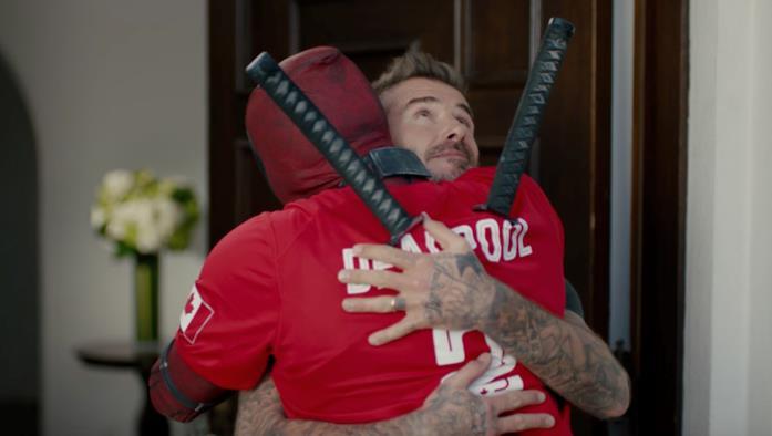 Deadpool abbraccia David Beckham nel video