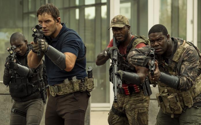 Chris Pratt, Edwin Hodge e Sam Richardson in una scena del film La guerra di domani
