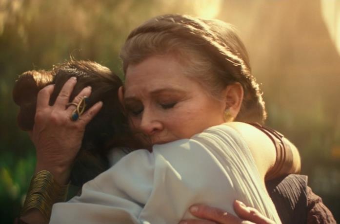 Daisy Ridley e Carrie Fisher in una scena del film Star Wars: L'ascesa di Skywalker