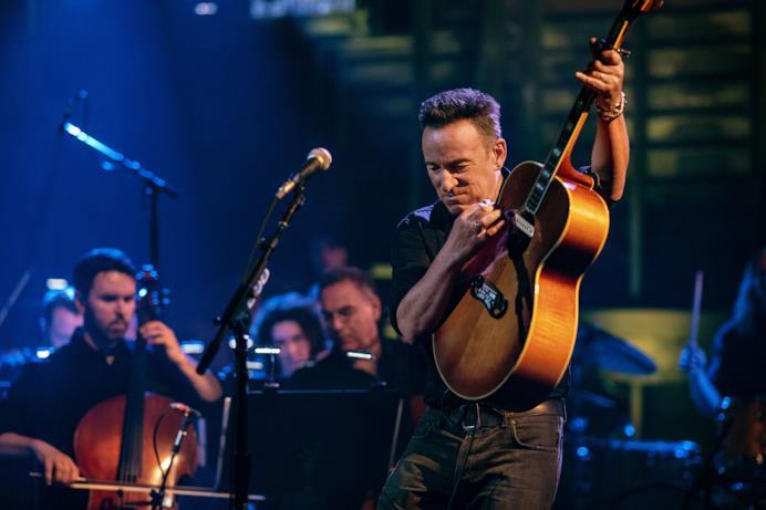 Western Stars con l'orchestra sul palco