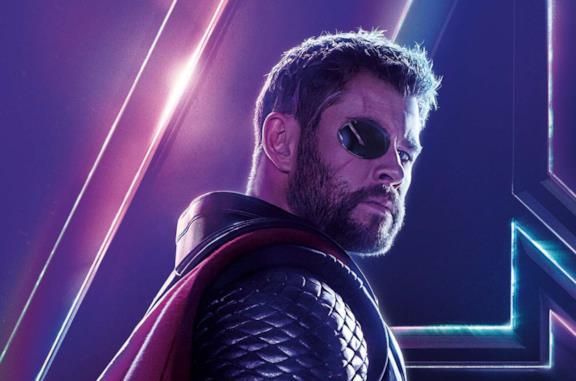Thor con la benda nera sull'occhio e i capelli corti