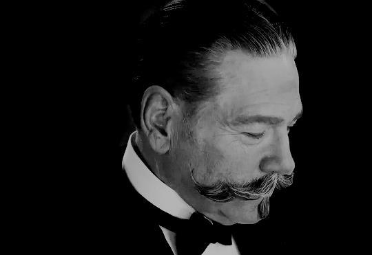Poirot in primo piano muove i baffi