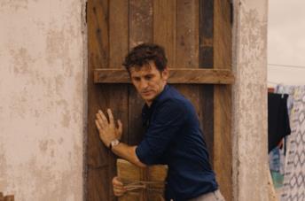 Raúl Arévalo in una scena del film Black Beach