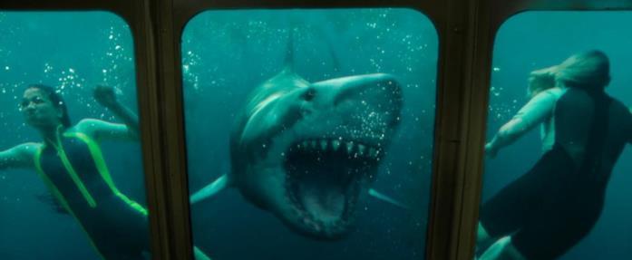 Corinne Foxx, lo squalo e Sophie Nélisse in una scena del film 47 metri - Uncaged