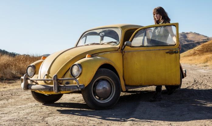 L'attrice Hailee Steinfeld al fianco del Maggiolino giallo in una sequenza di Bumblebee