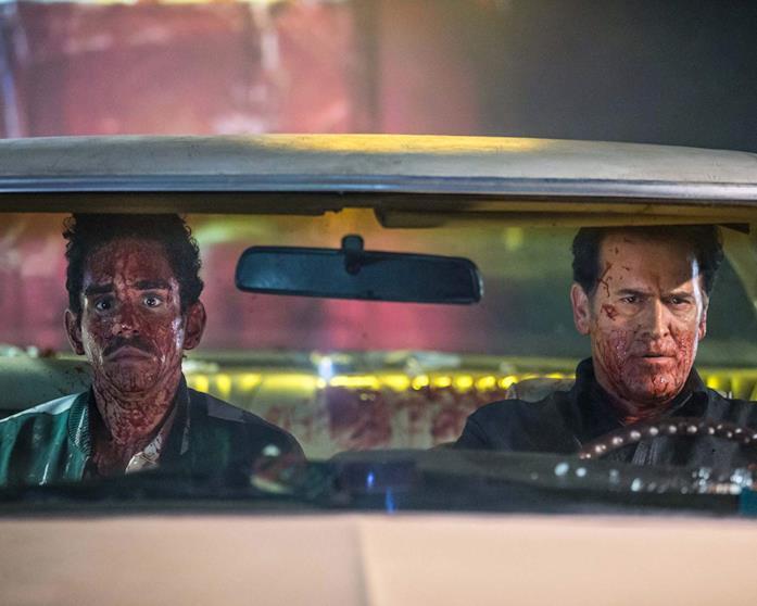 Ray Santiago e Bruce Campbell in una scena della serie Ash vs Evil Dead