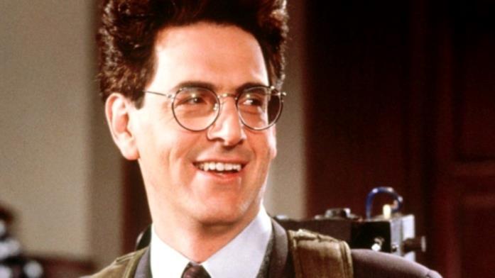 Harold Ramis in una scena di Ghostbusters II mentre indossa uno zaino protonico