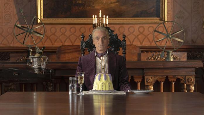 Un'immagine di Jeremy Irons nella serie Watchmen